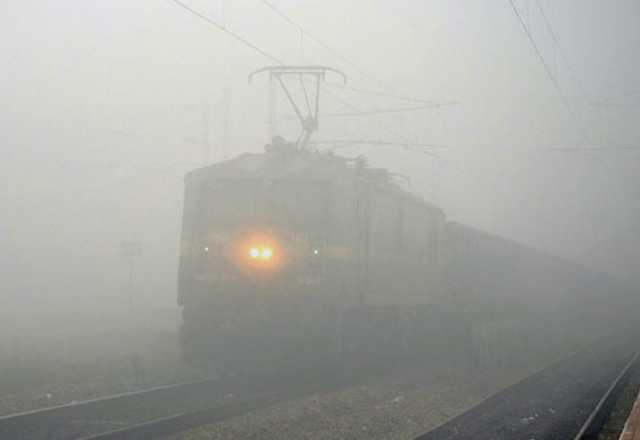 heavy-fog-prevails-in-delhi-trains-delayed