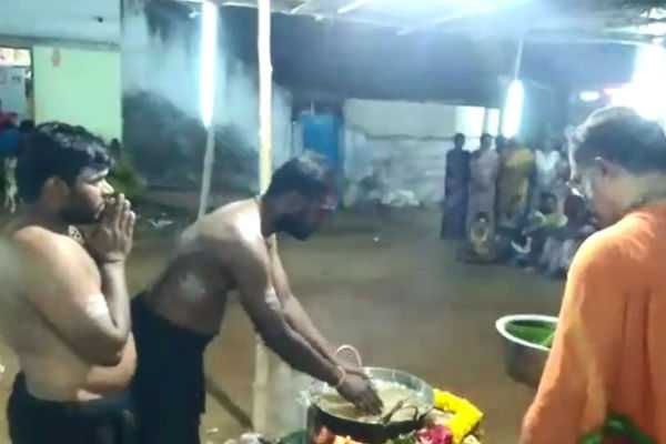 nellai-ayyappan-devotees-taking-vada-from-hot-oil