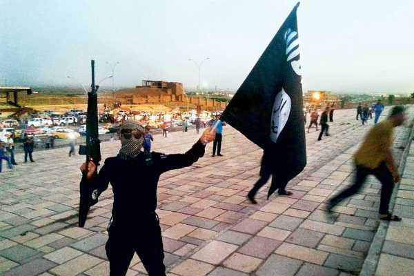 youngsters-carrying-isis-flags-create-ruckus-at-jamia-mosque