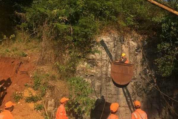 meghalaya-trapped-miners-navy-struggling-in-rescue