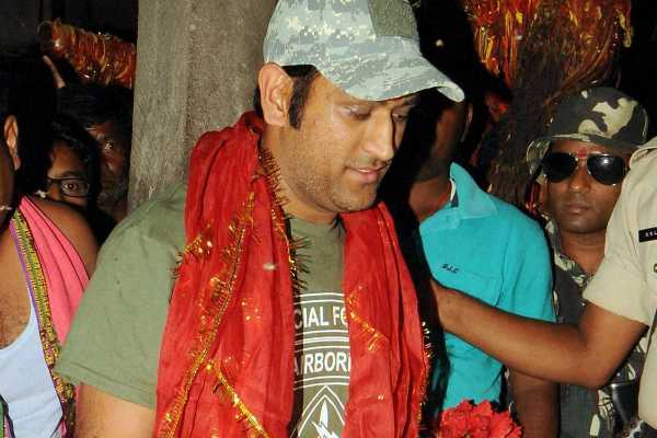 dhoni-offered-prayer-in-ranchi-temple