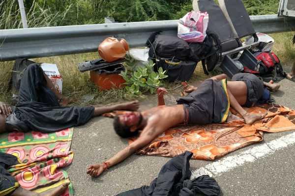 van-container-truck-collision-accident-7-people-dead