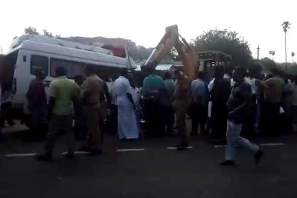 van-container-truck-collision-accident-10-people-dead