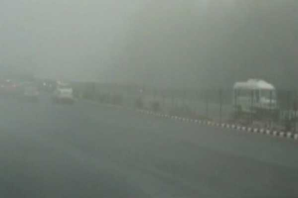 delhi-s-air-quality-worsens-fog-disrupts-air-and-rail-traffic