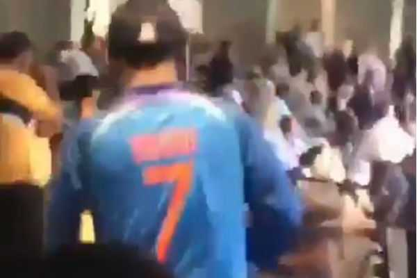 ms-dhoni-receiving-roaring-reception-from-mcg-during-3rd-odi