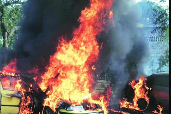 mumbai-fire-in-parking-cars