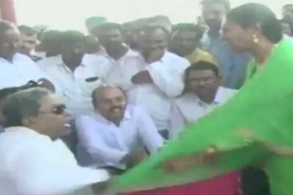 congress-leader-siddaramaiah-misbehaves-with-a-woman-at-a-public-meeting-in-mysuru