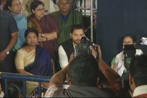 kanimozhi-extends-support-to-mamata-s-protest