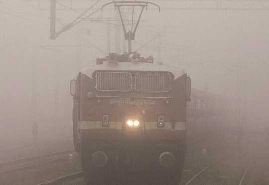 delhi-13-trains-delayed-due-to-heavy-fog