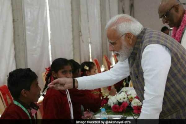 pm-modi-serves-3-billionth-akshay-patra-meal-today-in-vrindavan