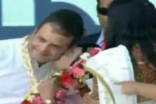 woman-kisses-rahul-gandhi-on-stage-during-valsad-rally
