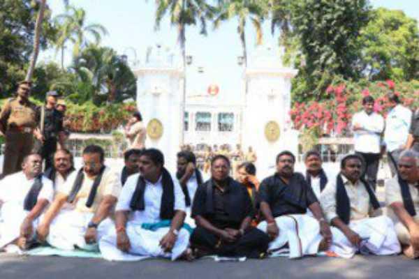 puducherry-cm-narayanasamy-continues-his-protest-against-kiranbedi