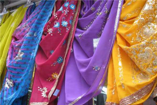 telangana-large-number-of-women-rushed-to-mall-to-buy-rs-10-saree