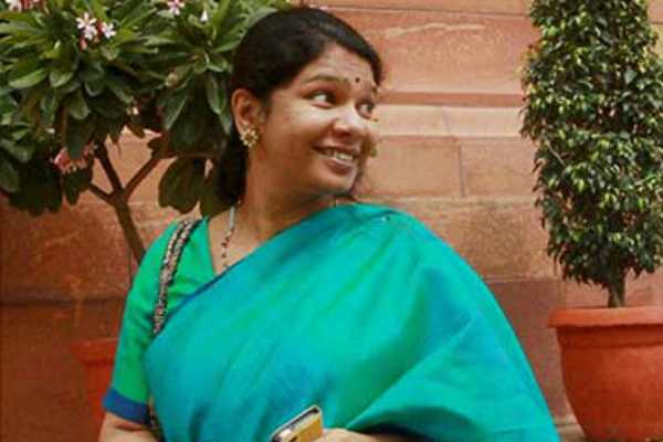 dmk-kanimozhi-gives-application-for-parliament-elections