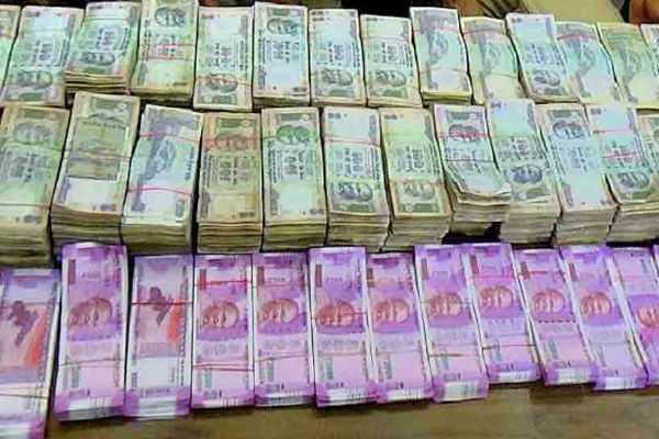 andhra-pradesh-police-seized-cash-and-sarees