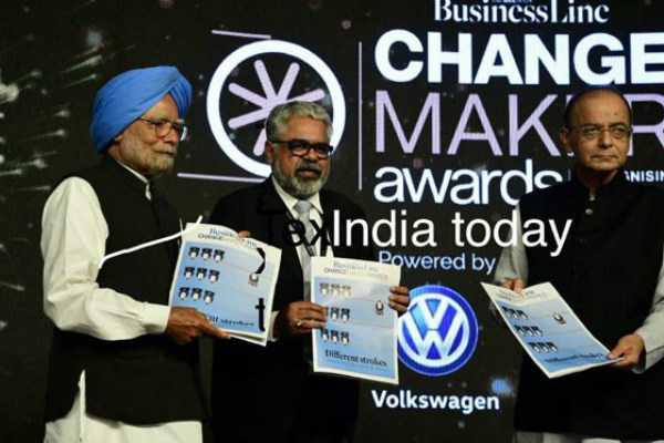 manmohan-singh-presents-arun-jaitlet-with-award-for-gst