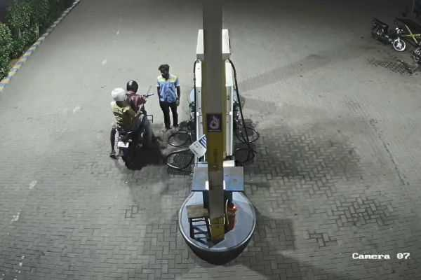 petrol-filled-by-showing-sword-cctv-video