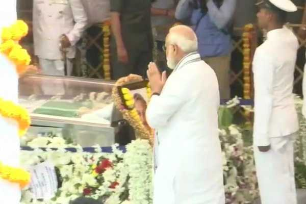pm-modi-pays-tributes-to-goa-cm-in-panaji