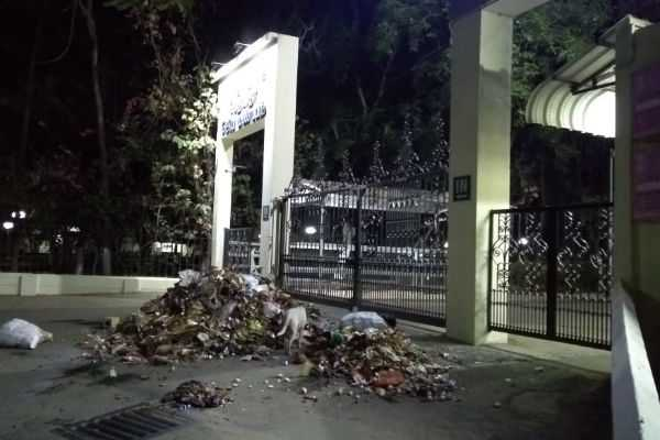 young-people-pinched-garbage-in-before-of-karunya-university