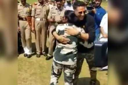 akshay-kumar-gets-to-try-out-his-kickboxing-skills-with-bsf-jawans