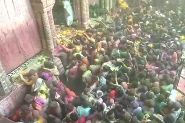 holi-celebrations-from-the-banke-bihari-temple-in-vrindavan
