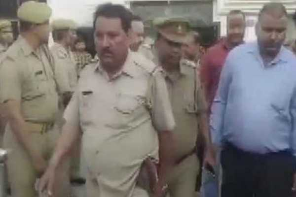 notorious-gangster-gets-cops-drunk-escapes-from-hotel-in-meerut