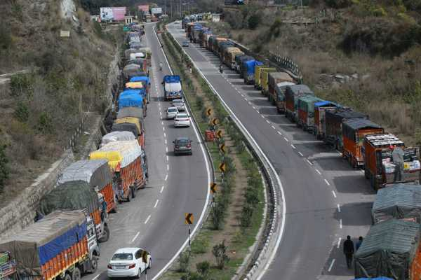 kashmir-stranded-vehicles-cleared-as-2-day-a-week-ban-on-civilian-traffic-begins