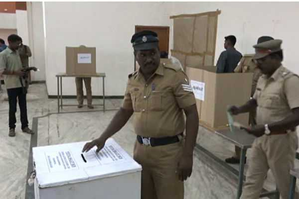 police-officers-are-voted-with-interest