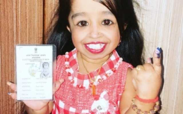 world-s-smallest-woman-votes-in-nagpur