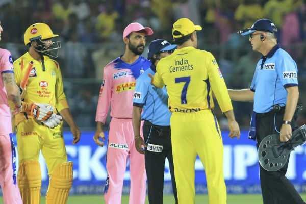 dhoni-argues-with-umpires