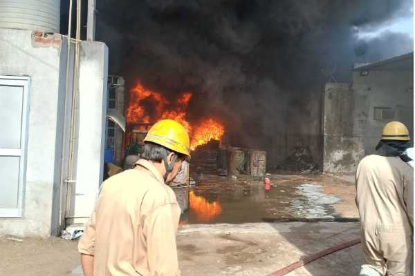 delhi-fire-breaks-out-at-a-rubber-godown-in-siraspur
