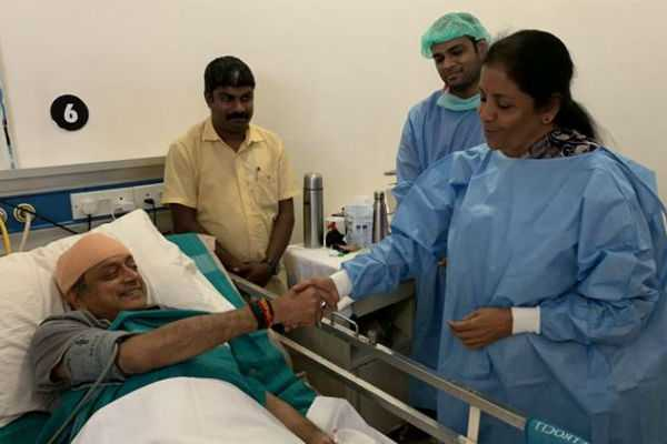 nirmala-sitharaman-met-sashi-tharoor-in-hospital