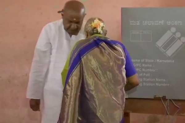 hd-deve-gowda-casting-his-vote