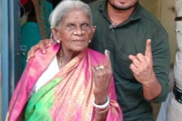 karnataka-107-year-old-padma-awardee-saalumarada-thimmakka-casts-her-vote-for-the-bangalore-rural-constituency