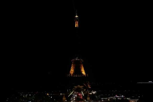 eiffel-tower-goes-dark-to-honor-sri-lanka-attack-victims