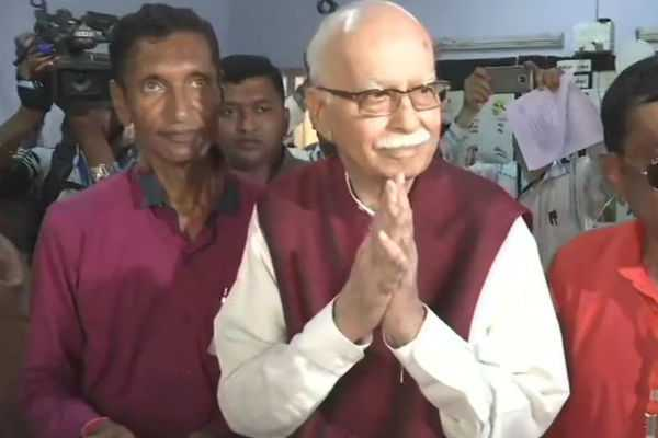 gujarat-veteran-bjp-leader-lk-advani-casts-his-vote-at-ahmedabad