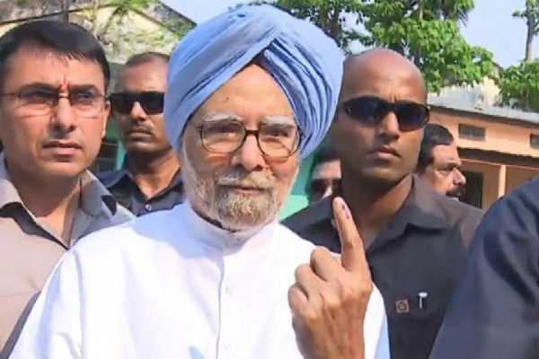 former-pm-manmohan-singh-casts-vote-in-dispur