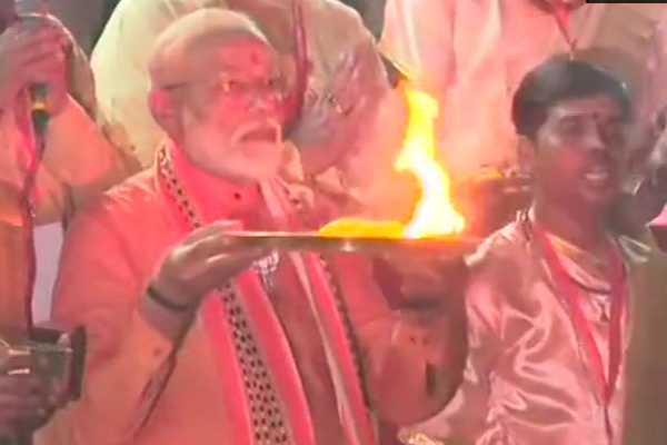 pm-narendra-modi-offers-prayers-at-dashashwamedh-ghat-in-varanasi