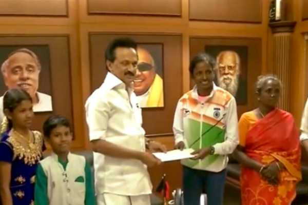 dmk-chief-mk-stalin-gives-rs-10-lakh-cheque-for-gomathi-marimuthu
