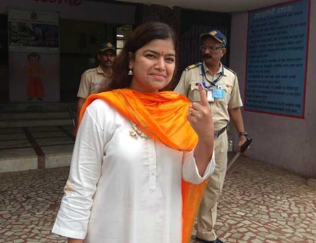 anil-ambani-mahajan-matondkar-rekha-cast-vote-in-mumbai