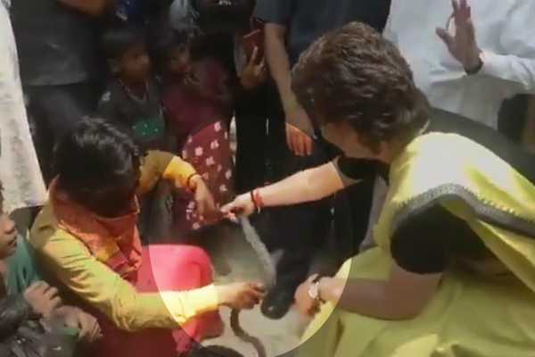 priyanka-plays-with-snake-charms-onlookers