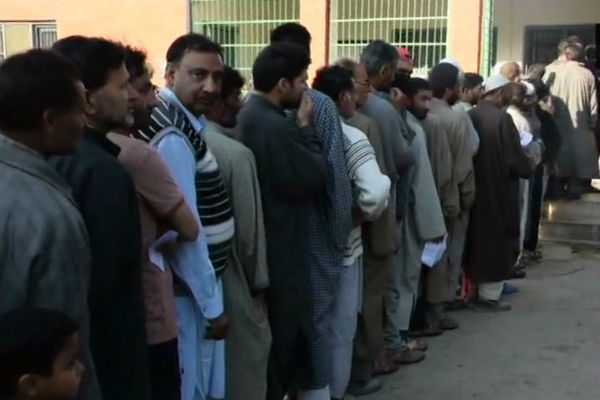 many-voters-are-waiting-in-line-for-caste-their-vote-in-pulwama