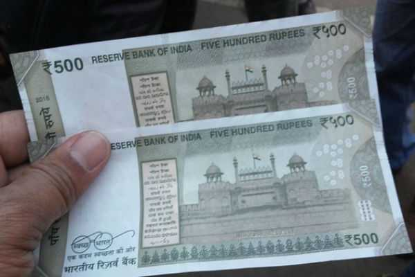 500-rupees-counterfeit-notes-in-road