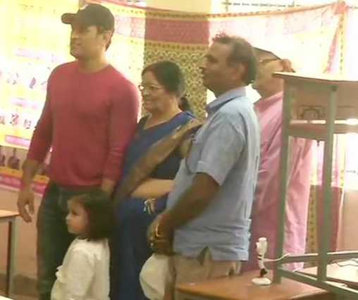 mahendra-singh-dhoni-casts-his-vote-at-a-polling-booth-in-jawahar-vidya-mandir-in-ranchi