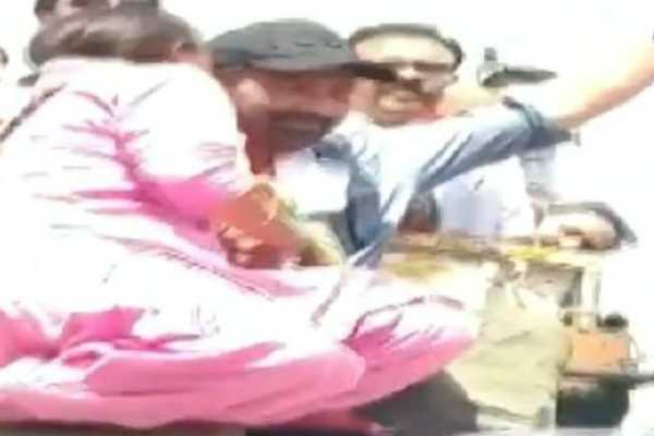 sunny-deol-was-kissed-on-his-cheek-by-a-woman-during-his-roadshow-in-batala-punjab