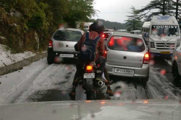 heavy-traffic-jam-after-hailstorm-in-dhali-chharabra-and-mashobra-areas-of-shimla-sue-to-snow-fall