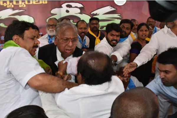 a-scuffle-broke-out-between-congress-leaders-in-telangana