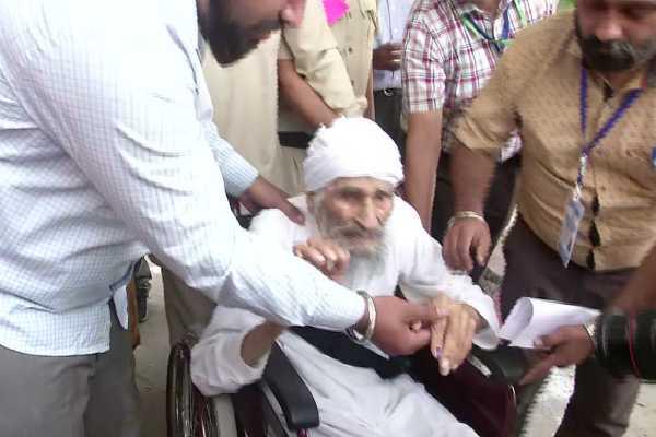 delhi-s-oldest-voter-bachan-singh-at-111-casts-his-vote