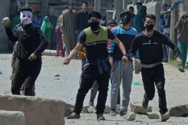 stone-pelting-against-police-in-kashmir-47-jawans-injured