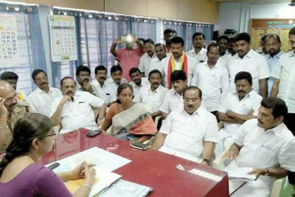 dmk-protest-at-aravakurichi-taluk-office